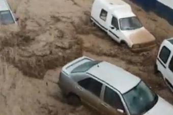 Lũ cuồn cuộn ở Tây Ban Nha, nhiều ô tô bị cuốn trôi