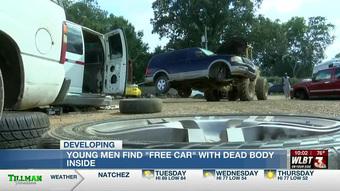Nổi lòng tham chiếm đoạt chiếc xe có dòng chữ 'miễn phí', hai người đàn ông phát hiện bí mật kinh hoàng trong cốp xe