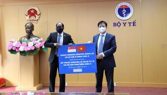 Bộ Y tế tiếp nhận máy thở, vật tư y tế hỗ trợ phòng chống dịch trị giá hơn 92 tỷ đồng