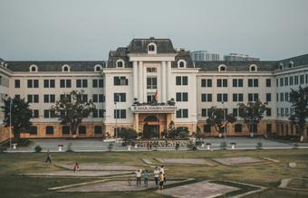 Đại học đẹp nhất nhì Hà Nội: Trường gì mà như chốn non nước hữu tình, còn có sự tích gây xôn xao MXH suốt thời gian dài