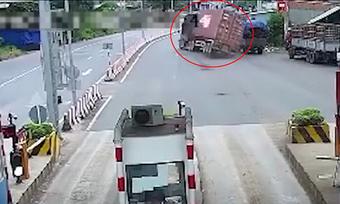 Container lật ngang đường vì tránh ổ gà
