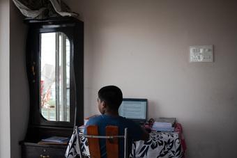 Trẻ mồ côi cha mẹ vì Covid-19 được nuôi dưỡng như thế nào ở Mỹ, Ấn Độ?