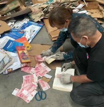 Phát hiện 7 triệu trong quyển sách cũ, chủ xưởng phế liệu tốt bụng làm một việc nhưng lại gây tranh cãi