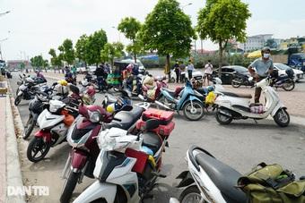 """Người đàn ông """"tưởng"""" được qua chốt vào Hà Nội chỉ với... căn cước công dân"""