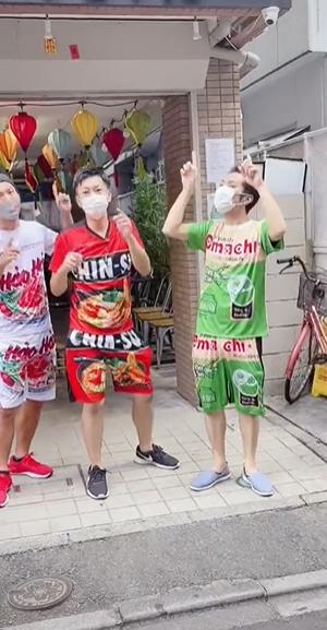 """Ba anh chàng Nhật Bản diện bộ đồ họa tiết mì tôm với thần thái cực tự tin rồi hỏi người đi đường một câu """"nghe thôi đã ngại dùm, nhưng rất đáng yêu"""""""