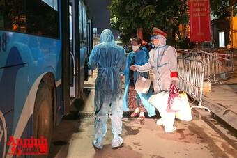 Thanh Xuân đón 200/1.100 công dân kết thúc cách ly tại Đại học FPT về nơi ở