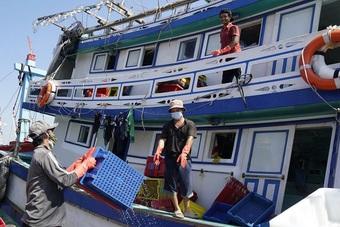 Quảng Ngãi cấm biển, Bình Định kêu gọi ngư dân tìm nơi tránh bão an toàn