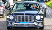 Ronaldo lái Bentley Flying Spur mới mua đến sân tập: Xe thứ 2 sau khi gia nhập MU, giá 290.000 USD, vệ sĩ theo sau lái xe xịn không kém