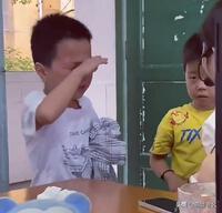 Hai cậu bé đánh nhau bị cô giáo gọi lên phê bình, cái kết khiến dân mạng cười ra nước mắt