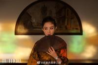 """Triệu Lệ Dĩnh lên bìa tạp chí tháng 10, xấu đẹp thế nào chưa biết đã bị chê """"photoshop thành Lưu Diệc Phi"""""""