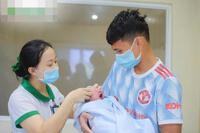 Cầu thủ Phạm Xuân Mạnh đón con đầu lòng trước ngày lên tuyển