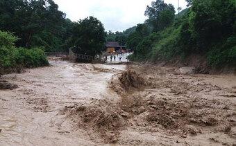 Bão đi vào đất liền và suy yếu thành ATNĐ; cảnh báo mưa lớn, lũ quét, sạt lở đất