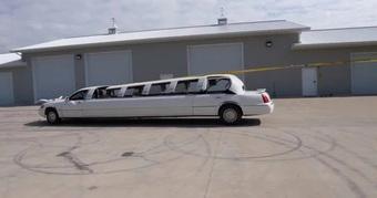 Đây là cách độ limousine mui trần ''đơn giản'' chưa từng thấy: Dùng đá phá kính, buộc mui xe vào thân cây