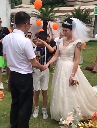 Bé trai 12 tuổi khóc nấc khi làm chủ hôn ngày vui của mẹ với bố dượng