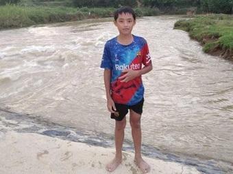 Thanh Hóa: Nam sinh lao xuống dòng nước dữ cứu em bé đang chới với
