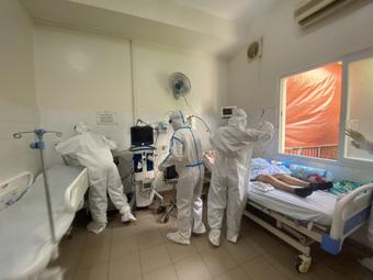 """Xúc động câu chuyện bệnh nhân COVID-19 xin được ở lại bệnh viện: """"Tôi chỉ về nếu đi cùng bố tôi"""""""