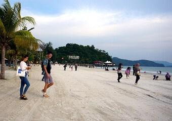 COVID-19: Malaysia thí điểm thành công việc mở cửa hòn đảo du lịch
