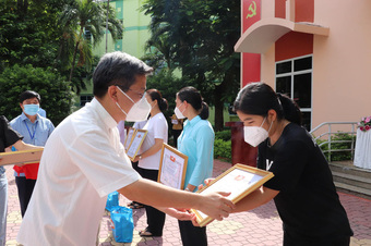 Tri ân các tình nguyện viên tôn giáo sát cánh cùng bác sĩ chăm sóc bệnh nhân COVID-19