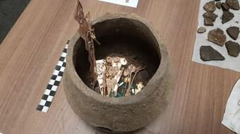 Tìm thấy bình gốm đầy đá quý trong ngôi đền ở Colombia