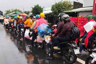 Hàng trăm người dân chạy xe máy từ vùng dịch về quê dưới trời mưa tầm tã