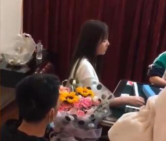 Cô gái lạnh lùng chơi bài kệ nam thanh niên quỳ gối cầu hôn
