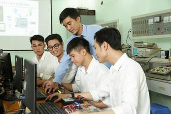 Trung cấp Vạn Tường miễn 100% học phí 2 học kỳ và tặng điện thoại cho thí sinh