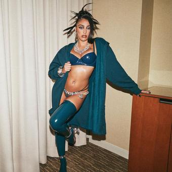"""Con gái Madonna đi quảng cáo nội y cho Rihanna: Bầu ngực """"quả tạ"""" vẫn không """"chiến"""" bằng chùm lông nách thương hiệu"""