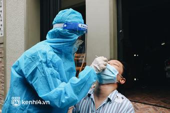 Thần tốc xét nghiệm COVID-19 trước ngày 30/9 ở TP.HCM: Nhân viên y tế gõ cửa từng nhà, hướng dẫn người dân tự test