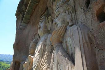 Choáng với hang động hàng nghìn năm tuổi được điêu khắc vào vách núi