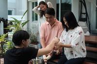 """Mẹ """"ngọc nữ đẹp nhất Thái Lan"""" sở hữu dung mạo như diễn viên, nhìn sang bố cô dân tình phải thốt lên """"gia đình cực phẩm"""""""
