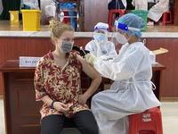 Đà Nẵng: Tiêm vaccine phòng COVID-19 cho người nước ngoài