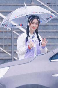 Angelababy bị lộ ảnh ghi hình mới, khoảnh khắc cầm ô dưới mưa, để tóc bím khiến dân mạng ''chao đảo''