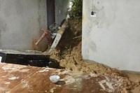 Sạt lở đất xô đổ tường nhà dân, 2 cháu nhỏ bị thương