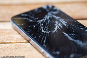 Argentina: Cô gái ném điện thoại trúng đầu bạn trai và hậu quả hãi hùng