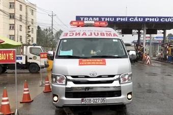 Xe cứu thương dán chữ ''Giang Kim Cúc'' hú còi inh ỏi chở chui 3 người