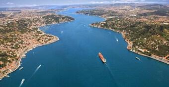 Hoạt động tại Eo biển Bosphorus tạm thời gián đoạn do va chạm tàu hàng