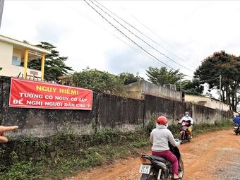 Lâm Đồng: Tường rào một trường tiểu học xuống cấp, uy hiếp hàng trăm học sinh