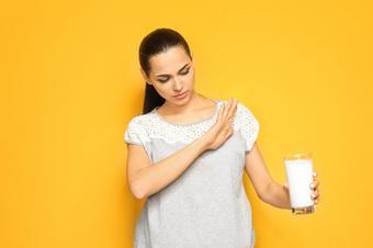 3 dấu hiệu cảnh báo bạn có thể mắc chứng không dung nạp lactose và cách điều trị