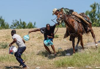 24h qua ảnh: Kỵ binh Mỹ truy đuổi người di cư vượt biên từ Mexico