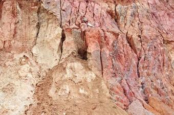Chơi đào hầm trú ẩn, 3 cháu bé bị đất cát vùi lấp tử vong