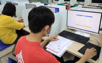 Học trực tuyến sinh viên vẫn phải ''kính thưa'' đủ loại phí trên trời dưới đất