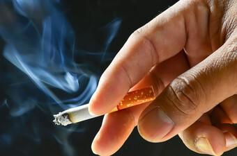Bé 32 tháng bị bỏng giác mạc do điếu thuốc lá đang cháy chọc vào mắt
