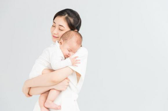 Bé trai 7 tháng tuổi nắm chặt tay, bà nội cứ nói rằng đó là điều bình thường, mẹ mang đi khám thì bác sĩ phải thốt lên: Đã quá muộn!