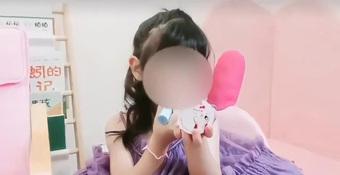 Bé gái 5 tuổi ''''chốt đơn'''' ầm ầm với gương mặt học sinh, phong thái phụ huynh: Sự thật phũ phàng phía sau các beauty blogger bị ''''chín ép''''