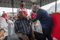 Lào tăng cường phòng dịch, Malaysia rút ngắn thời gian giữa 2 mũi tiêm