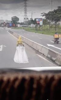 """Cô gái mặc váy cưới đi bộ giữa đường, câu """"đùa ghẹo"""" của tài xế phía sau khiến tất cả phẫn nộ"""