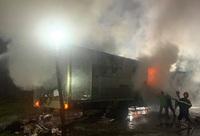 Xe chở hàng chuyển phát nhanh đang chạy bất ngờ bốc cháy dữ dội
