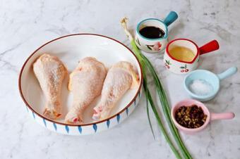 Bạn không cần cho một giọt dầu nào trong toàn bộ quá trình nấu, mà món đùi gà vẫn tươi ngon. Người giảm cân ăn thoải mái!