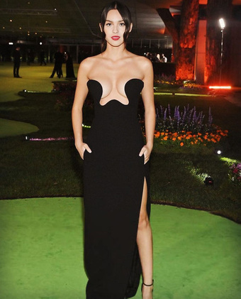 MXH náo loạn vì Olivia Rodrigo: Hở bạo bất ngờ, váy như muốn ú oà với vòng 1 bốc lửa