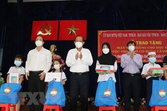 TP.HCM: Tặng máy tính giúp học sinh dân tộc Chăm, Khmer học trực tuyến